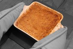 Migaja caliente de la manzana que es puesta en la estera de la pizarra Fotografía de archivo