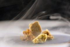 Migaja clasificada de la cera del concentrado de la extracción de la marijuana aka en smo imagen de archivo libre de regalías