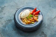 Migaja con el ruibarbo, fresa con helado de vainilla Copie el espacio fotos de archivo