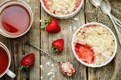 Migaja con las fresas y el cereal imagen de archivo