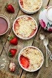 Migaja con las fresas y el cereal foto de archivo