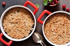 Migaja con los arándanos y otras bayas, nueces en la tabla de cocina Visi?n desde arriba imagen de archivo