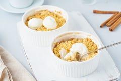 Migaja de Apple con el helado, cuchara con streusel Desayuno de la ma?ana en una tabla gris clara Vista lateral, cierre para arri fotos de archivo libres de regalías