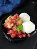 Migaja de la baya con helado foto de archivo libre de regalías