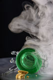 Migaja de la cera del concentrado de la extracción de la marijuana aka en backgr ahumado fotos de archivo
