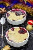 Migaja deliciosa hecha en casa con las bayas en ramekin individual repartido Concepto de la Navidad Foco selectivo imagenes de archivo