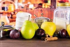 Migaja gradual de la receta con las frutas con la cocina rústica fotos de archivo libres de regalías