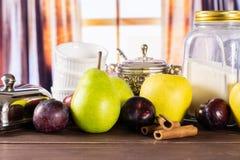 Migaja gradual de la receta con las frutas con las cortinas fotografía de archivo