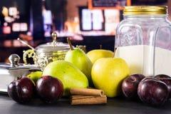 Migaja gradual de la receta con las frutas con el restaurante imagen de archivo