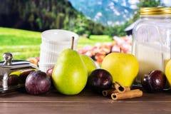Migaja gradual de la receta con las frutas con la naturaleza del país foto de archivo libre de regalías