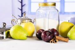 Migaja gradual de la receta con las frutas con la ventana azul fotografía de archivo libre de regalías