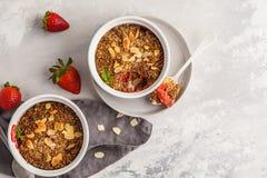 Migaja hecha en casa de la fresa del desayuno Mini torta de la baya con stra foto de archivo libre de regalías