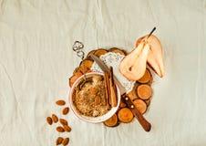 Migaja inglesa con las manzanas, primer de la harina de avena en la etiqueta de lino blanca fotos de archivo