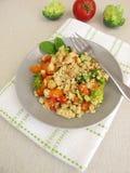 Migaja vegetal con las migas de las zanahorias, de los tomates, del bróculi y del parmesano fotografía de archivo libre de regalías