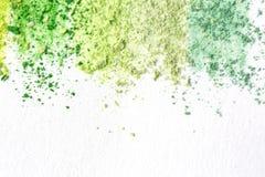 Migalhas do giz colorido, cores pastel no Livro Branco para a aquarela Amarelo, verde, cinzento, luz - carmesim verde Vista de ac ilustração stock