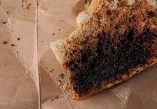 Migas de pan quemadas en una cartulina Fotos de archivo