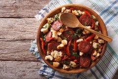 Migas mit Chorizo, Brotkrumen und Gemüse horizontale Spitze Stockfoto