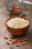 Migdałowa mąka w drewnianym pucharze, migdały obraz stock