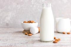 Migdału mleko w butelce zdjęcie royalty free