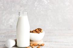 Migdału mleko w butelce obraz stock