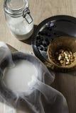 Migdału mleko z migdałami i błękitnymi jagodami Zdjęcie Royalty Free