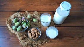 Migdały i świeży mleko obraz stock