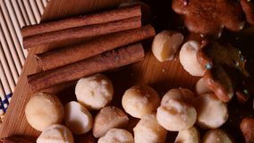 Migdały i cukierki na drewnianym tle 4k UHD zdjęcie wideo