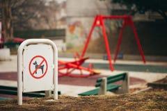 Migdali żadny rufowanie znaka przed dziecka boiskiem Obraz Stock