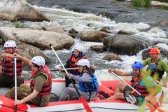 Migea Ucrania - 17 de junio de 2017 Grupo de aventurero que goza del agua que transporta actividad en balsa en el río Migea Ucran Foto de archivo