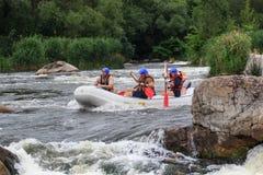 Migea Ucrania - 17 de junio de 2017 Grupo de aventurero que goza del agua que transporta actividad en balsa en el río Migea Ucran Imágenes de archivo libres de regalías