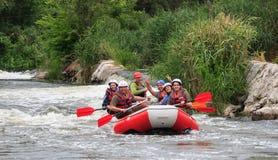 Migea Ucrania - 17 de junio de 2017 Grupo de aventurero que goza del agua que transporta actividad en balsa en el río Migea Ucran Fotos de archivo libres de regalías