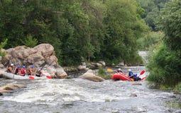 Migea Ucrania - 17 de junio de 2017 Grupo de aventurero que goza del agua que transporta actividad en balsa en el río Migea Ucran Imagen de archivo libre de regalías