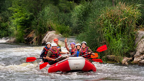 Migea Ucrania - 17 de junio de 2017 Grupo de aventurero que goza del agua que transporta actividad en balsa en el río Migea Ucran Foto de archivo libre de regalías