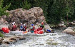 Migea Ucrania - 17 de junio de 2017 Grupo de aventurero que goza del agua que transporta actividad en balsa en el río Migea Ucran Imagenes de archivo