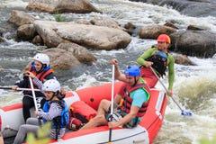 Migea Ucrania - 17 de junio de 2017 Grupo de aventurero que goza del agua que transporta actividad en balsa en el río Migea Ucran Fotografía de archivo libre de regalías