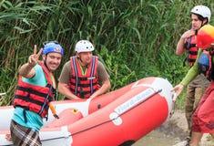Migea Ucrania - 17 de junio de 2017 Grupo de aventurero que goza del agua que transporta actividad en balsa en el río Migea Ucran imagen de archivo