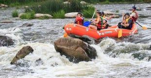 Migea Ucrania - 17 de junio de 2017 Grupo de aventurero que goza del agua que transporta actividad en balsa en el río Migea Ucran fotografía de archivo