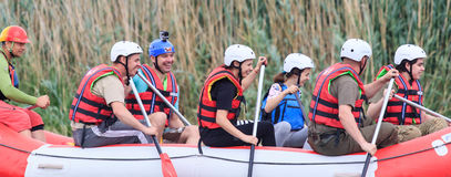 Migea Ucrania - 17 de junio de 2017 Grupo de aventurero que goza del agua que transporta actividad en balsa en el río Migea Ucran Fotos de archivo