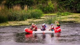 Migea Ukraina - Juni 17, 2017 Grupp av lycksökaren som tycker om vatten som rafting aktivitet på floden Migea Ukraina på Juni 17 Royaltyfria Bilder