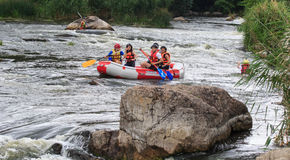 Migea Ukraina - Juni 17, 2017 Grupp av lycksökaren som tycker om vatten som rafting aktivitet på floden Migea Ukraina på Juni 17 Fotografering för Bildbyråer