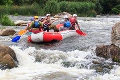 Migea Ukraina - Juni 17, 2017 Grupp av lycksökaren som tycker om vatten som rafting aktivitet på floden Migea Ukraina på Juni 17 Royaltyfri Fotografi