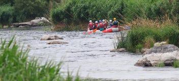 Migea Ukraina - Juni 17, 2017 Grupp av lycksökaren som tycker om vatten som rafting aktivitet på floden Migea Ukraina på Juni 17 Arkivfoton