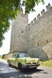 一辆黄色林肯卡普里岛体育小轿车参与对1000 Miglia经典赛车 图库摄影