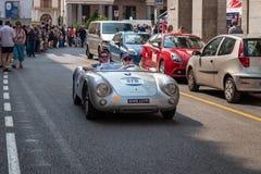 1000 Miglia 2017 Brescia, Włochy, - Maj 17, 2017: Historyczna Mille Miglia samochodowa rasa 550 Porsche spyder zdjęcia royalty free