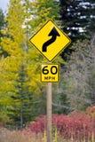 60 MIGLIA ORARIE del segno della strada principale della curva avanti Fotografie Stock