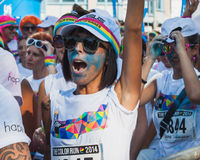 Migliaia di gente partecipano al funzionamento 2014 di colore a Milano, Italia Immagine Stock