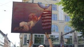 Migliaia di gente sulle vie da protestare contro il briscola e la sommità di Putin a Helsinki, Finlandia video d archivio