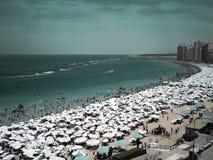 Migliaia di ombrelli e di gente sulla spiaggia in Alessandria d'Egitto, Egitto Fotografie Stock