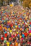 Migliaia di partecipazione dei corridori immagini stock libere da diritti