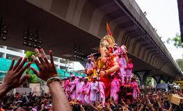Migliaia di patiti hanno offerto addio a Lord Ganesha immagini stock